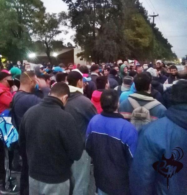 Trabajadores de Algodonera Avellaneda cortan el acceso de camiones al Parque Industrial